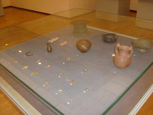 Экспонаты археологических находок.