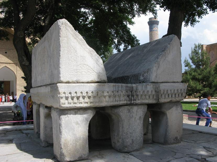Каменная подставка под Каран. Мечеть Биби-ханым. Самарканд.