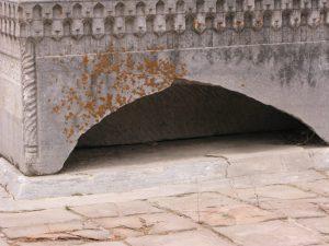 Пустотелый надгробный камень