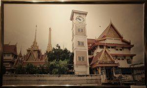 Банкок, Таиланд. Типисное Буддиское строение с часами, на подобии Биг Бена.