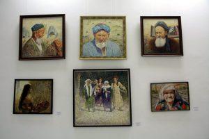 Экспозиция картин Д. Эшматова.