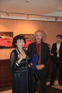 Выставку открывает Насима Джураева, супруга И.Валиходжаева.