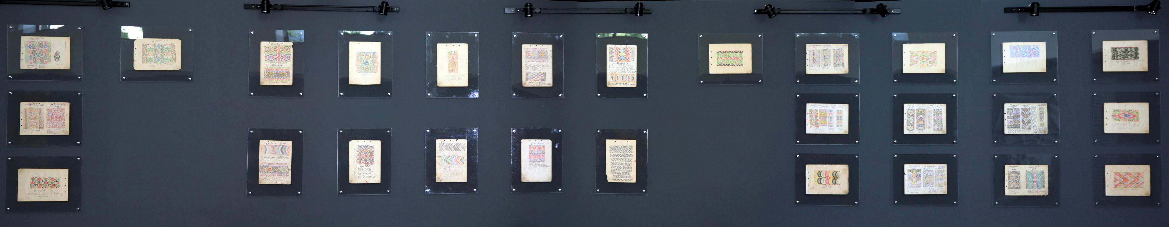 Экспозиция с выставки «Нить, соединившая поколения» (эскизы тканей).