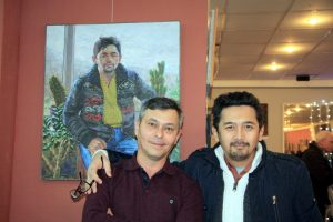 """Рустам Базаров и Тахир Каримов на фоне картины""""Портрет художника"""""""