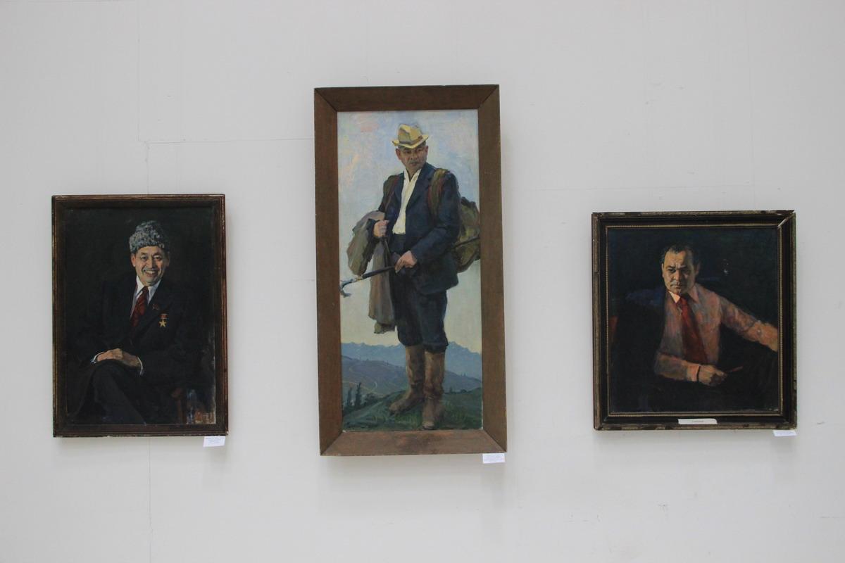 Абдулхак Абдуллаев. Экспозиция портретов (Т.Рузыбаева, учённого Каюмова).