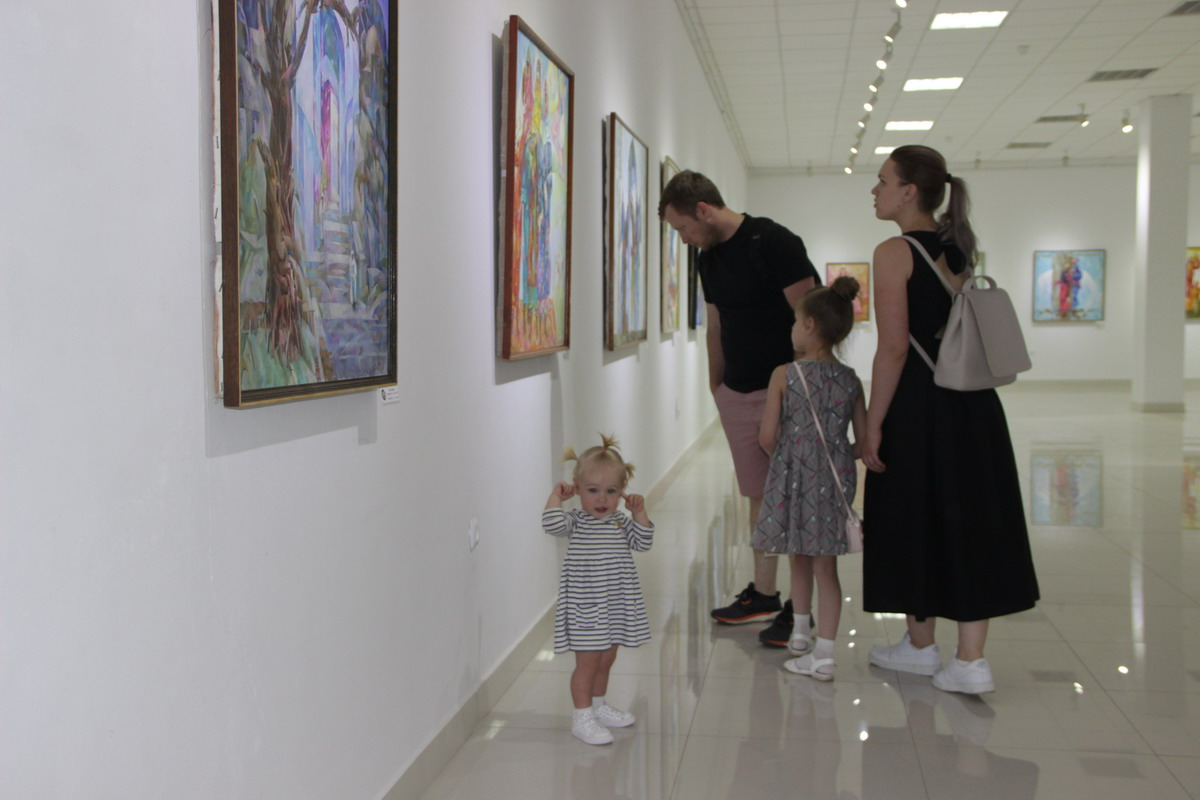 Всё семейство на выставке.