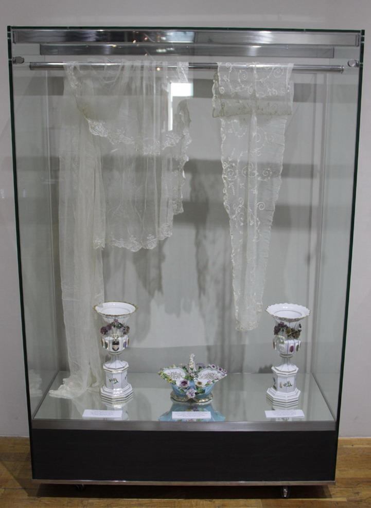 ГМИ Уз. Экспозиция фарфоровых ваз.