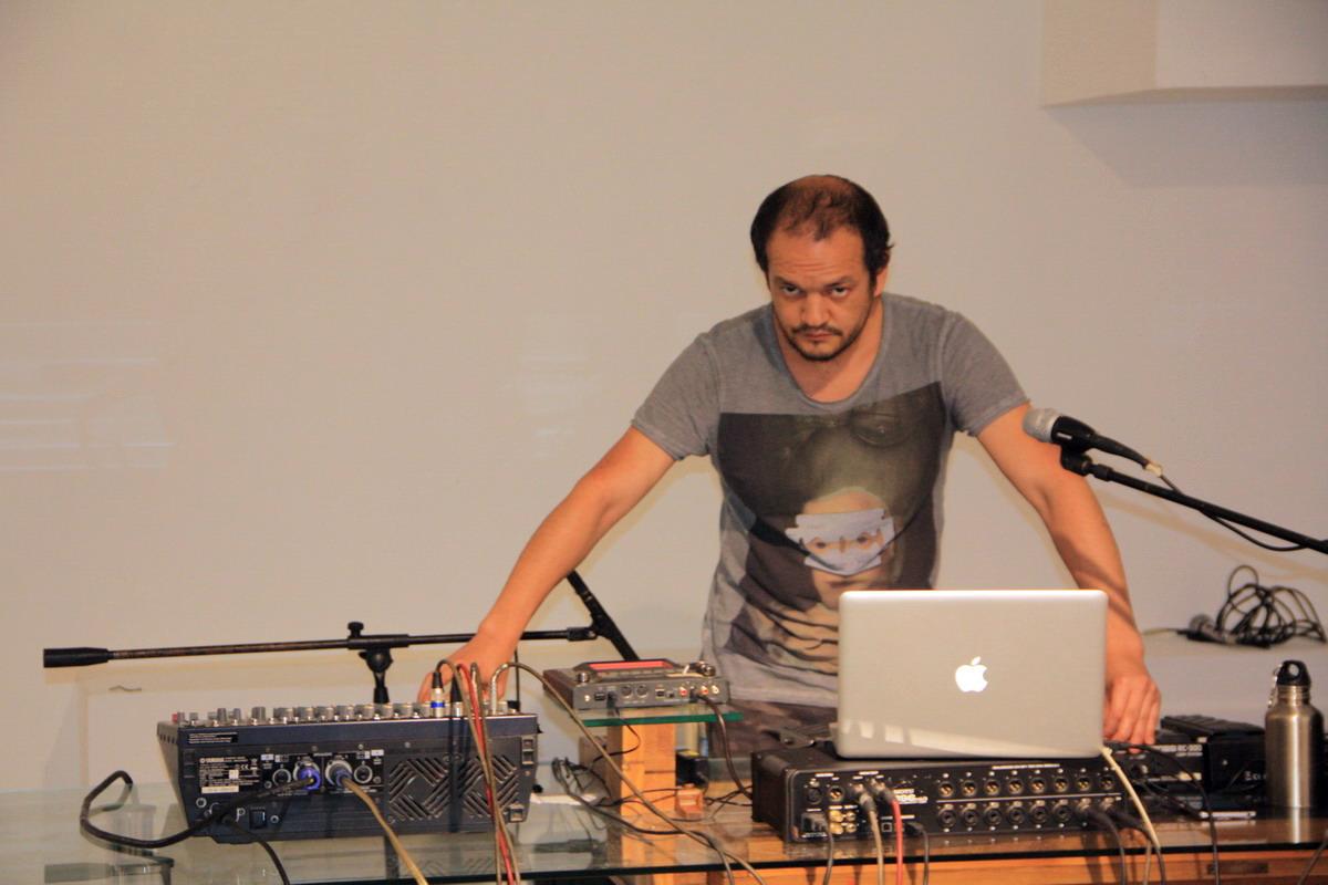 Сухроб Назимов, автор и исполнитель музыкальной инсталляции.