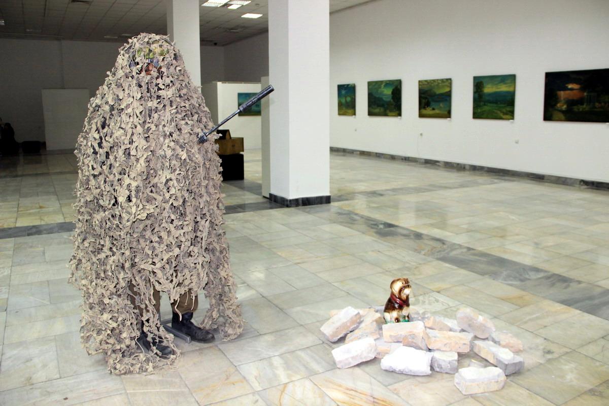 Александр Николаев. Снайпер. Инсталляция памяти Йозефа Бойса. 2018