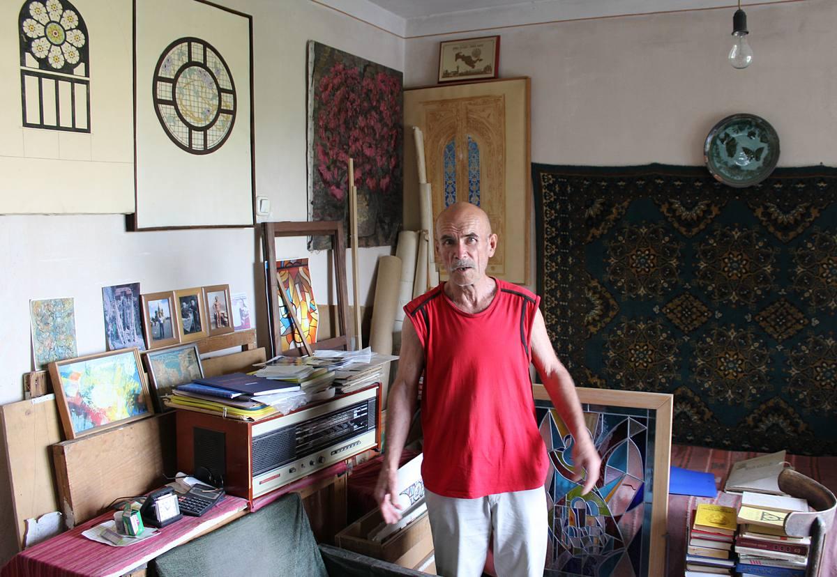 Альберт Ахмедшин в мастерской. взято из ПОТ